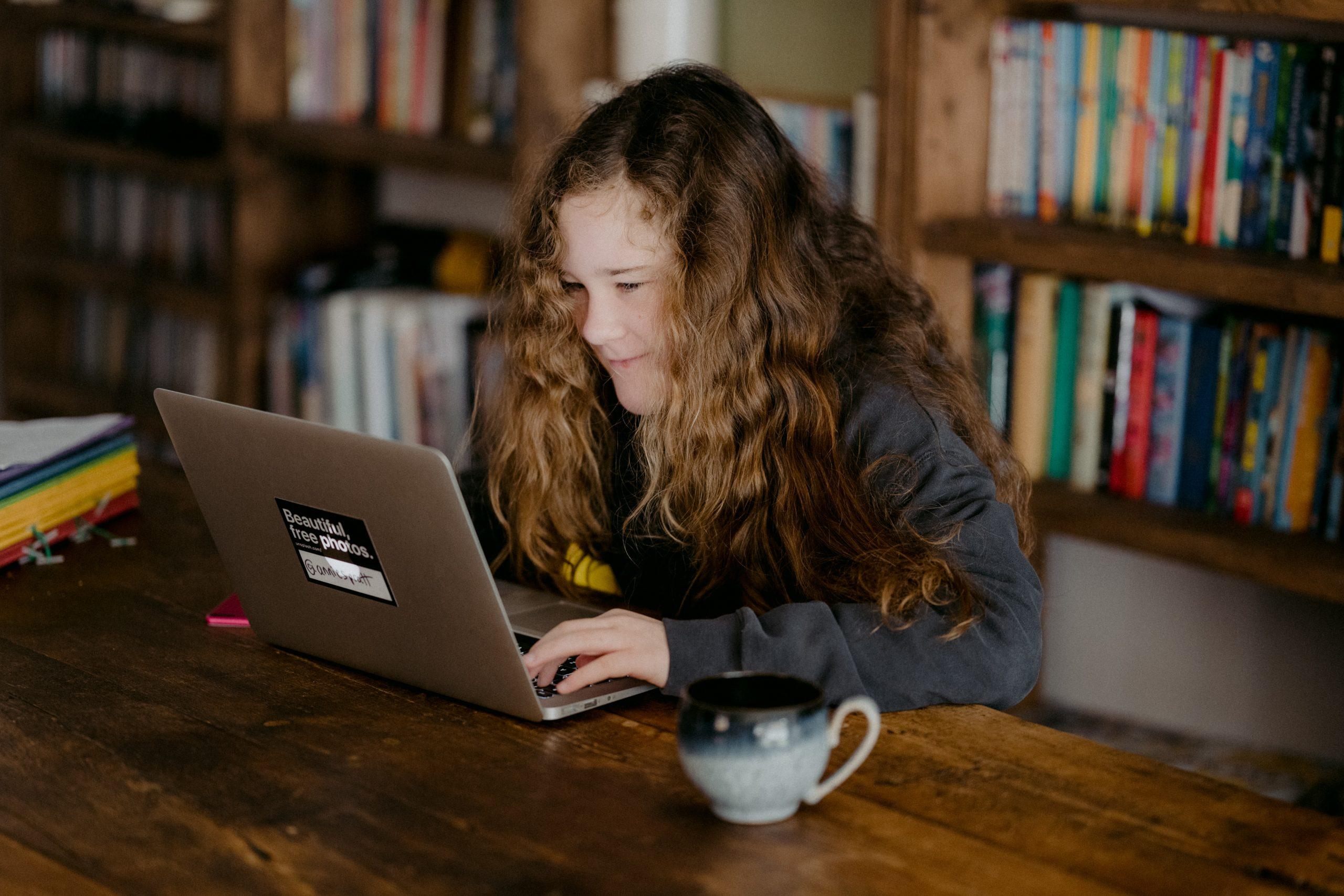 Menina estudando com o notebook.