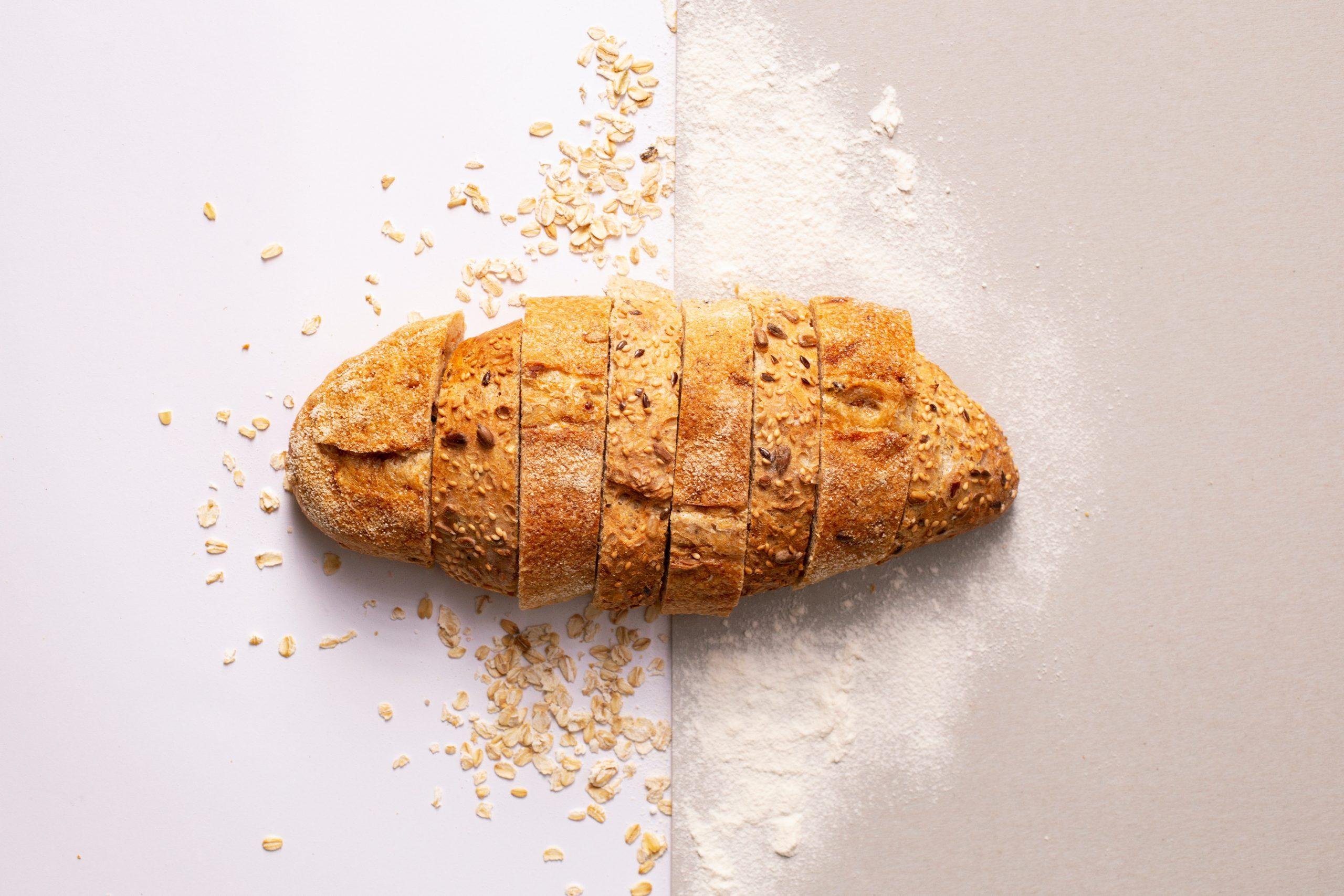 Pão preparado em curso de panificação em uma bancada branca