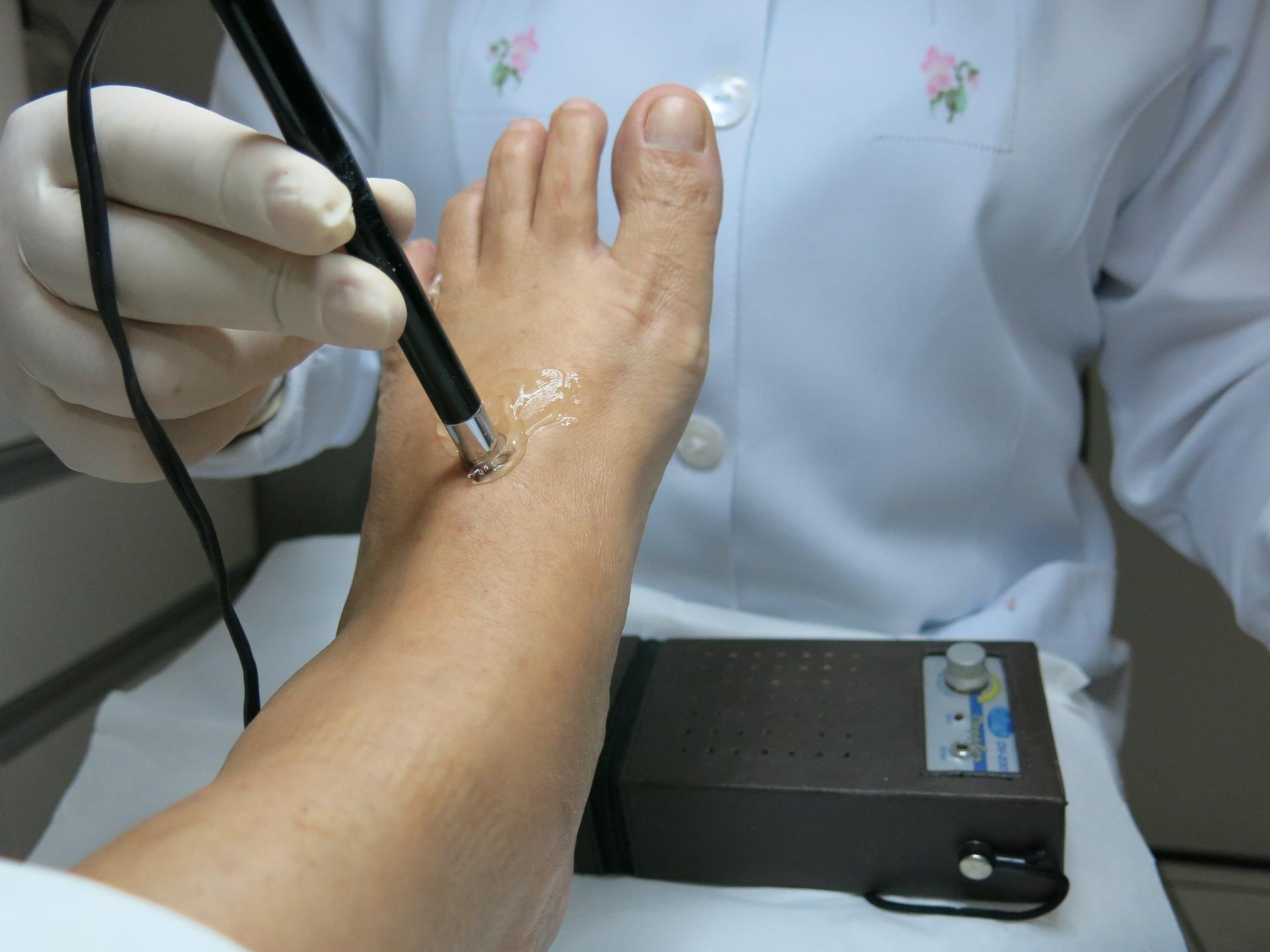 Podólogo cuidando de pé do cliente.