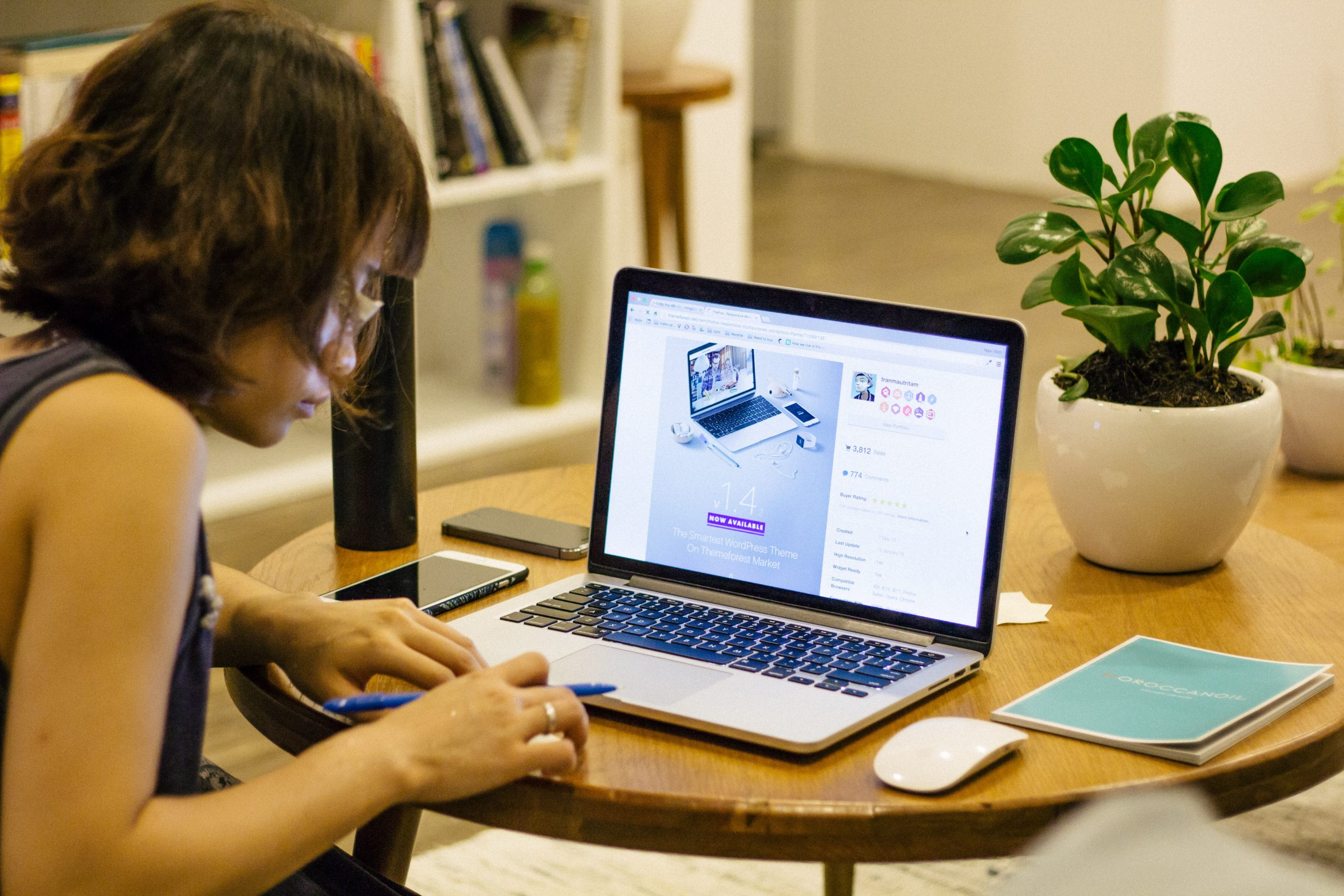 Mulher trabalhando no computador.