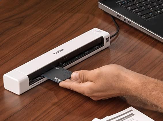 Scanner portátil com documentos sobre uma mesa