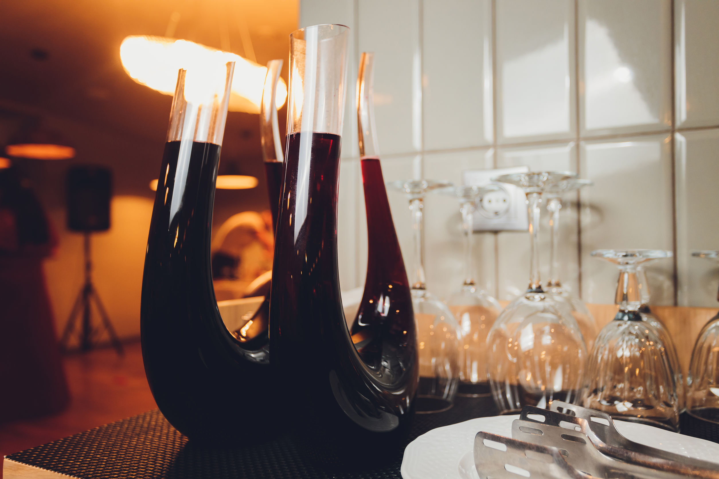 decanters na mesa com taças de vinho ao lado