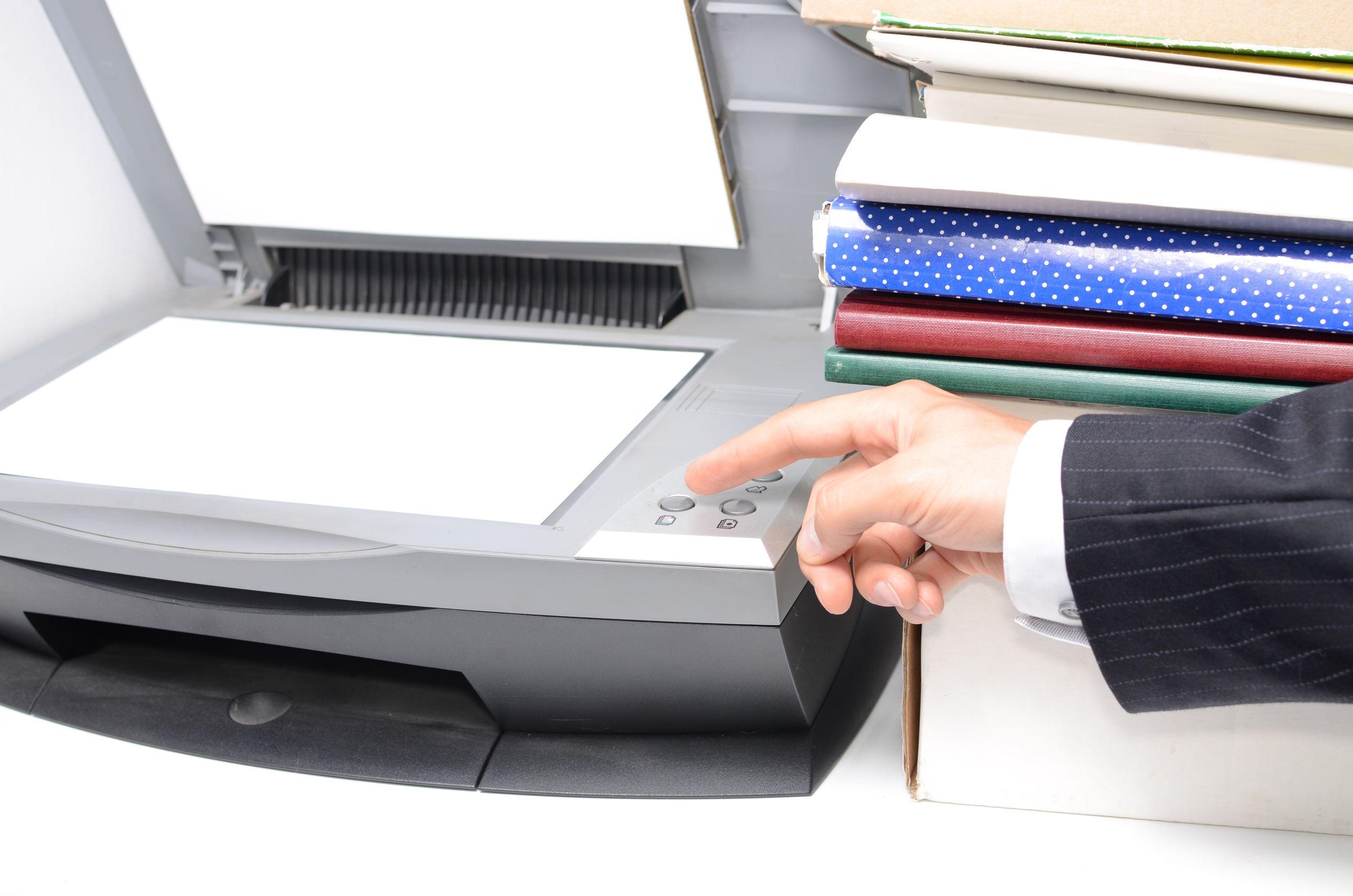 homem utilizando impressora multifuncional com melhor custo benefício na modalidade de copiadora.