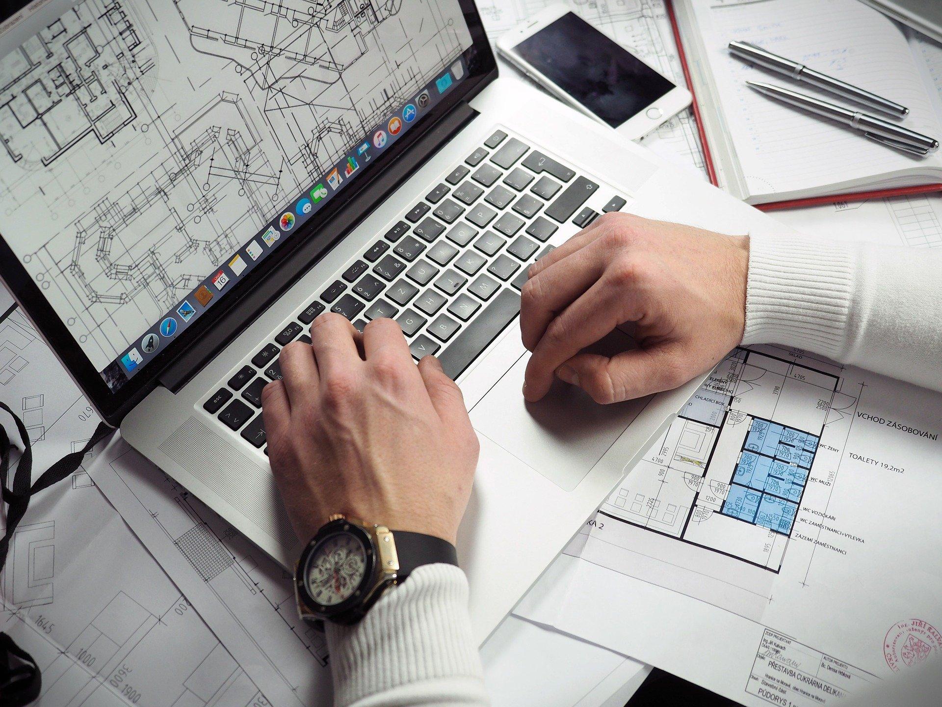 Homem trabalhando no notebook.