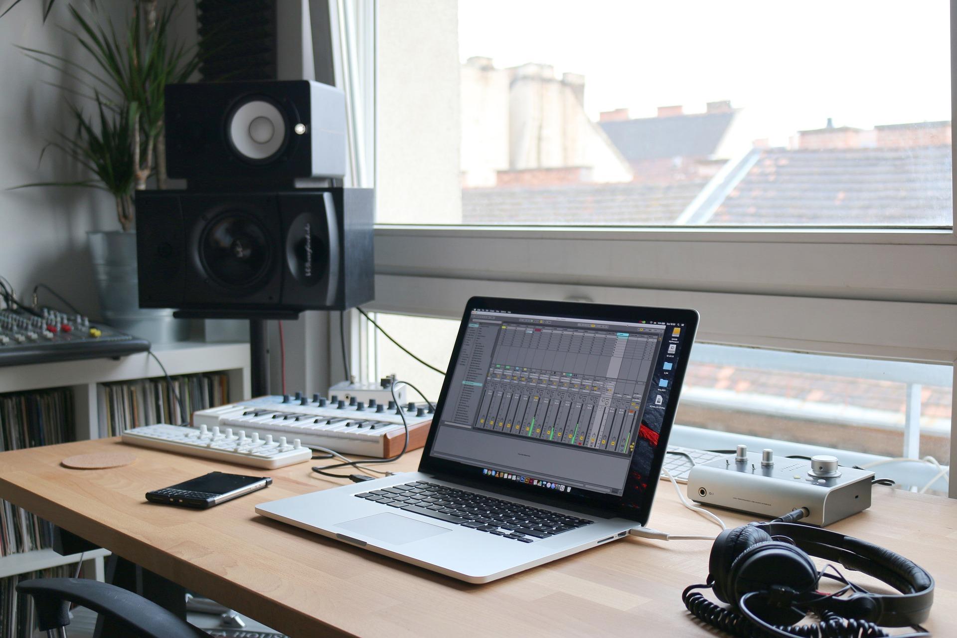 Notebook com equipamento de edição de áudio.