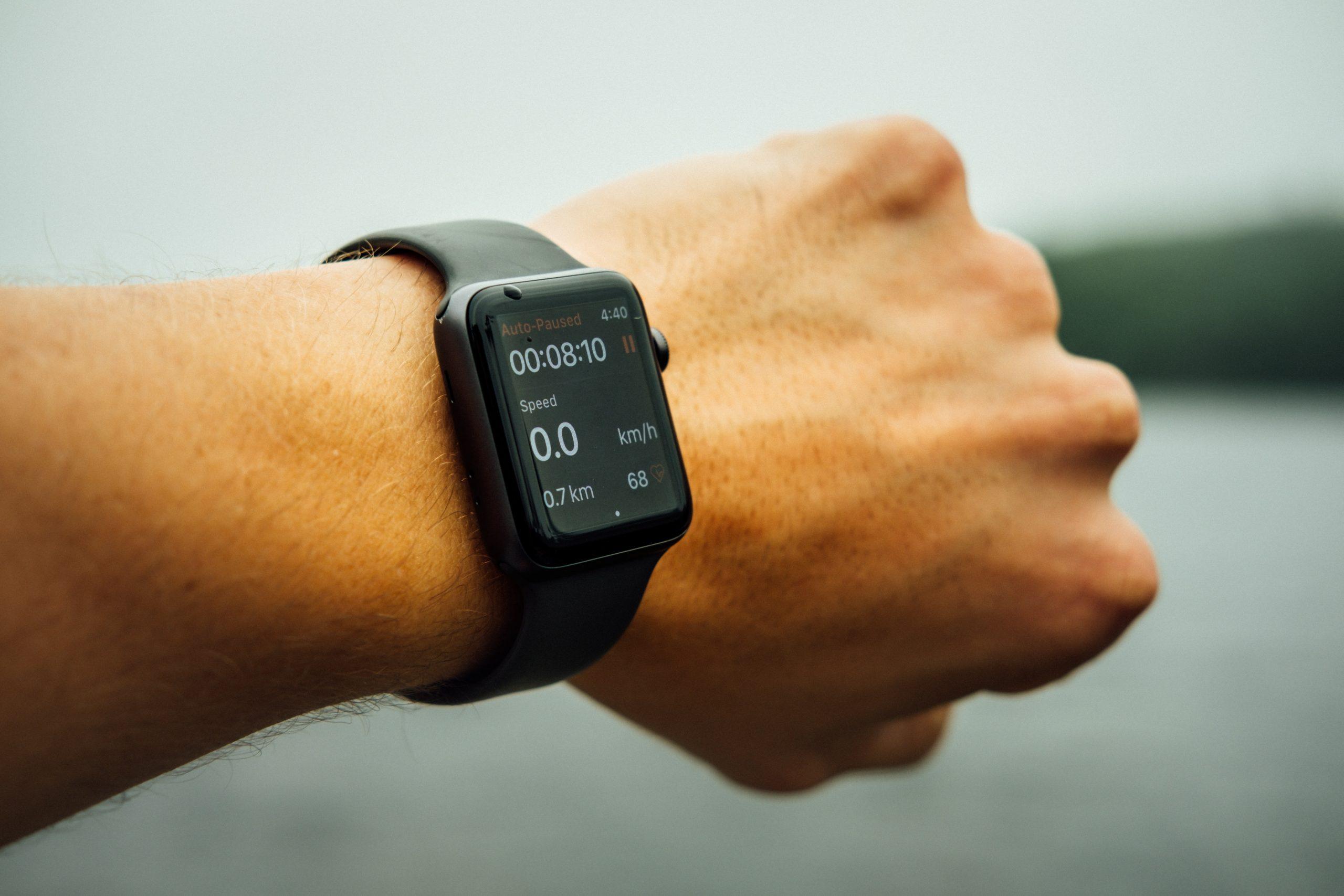 A foto mostra o punho esquerdo de um homem mostrando o resultado da atividade física em um smartwatch