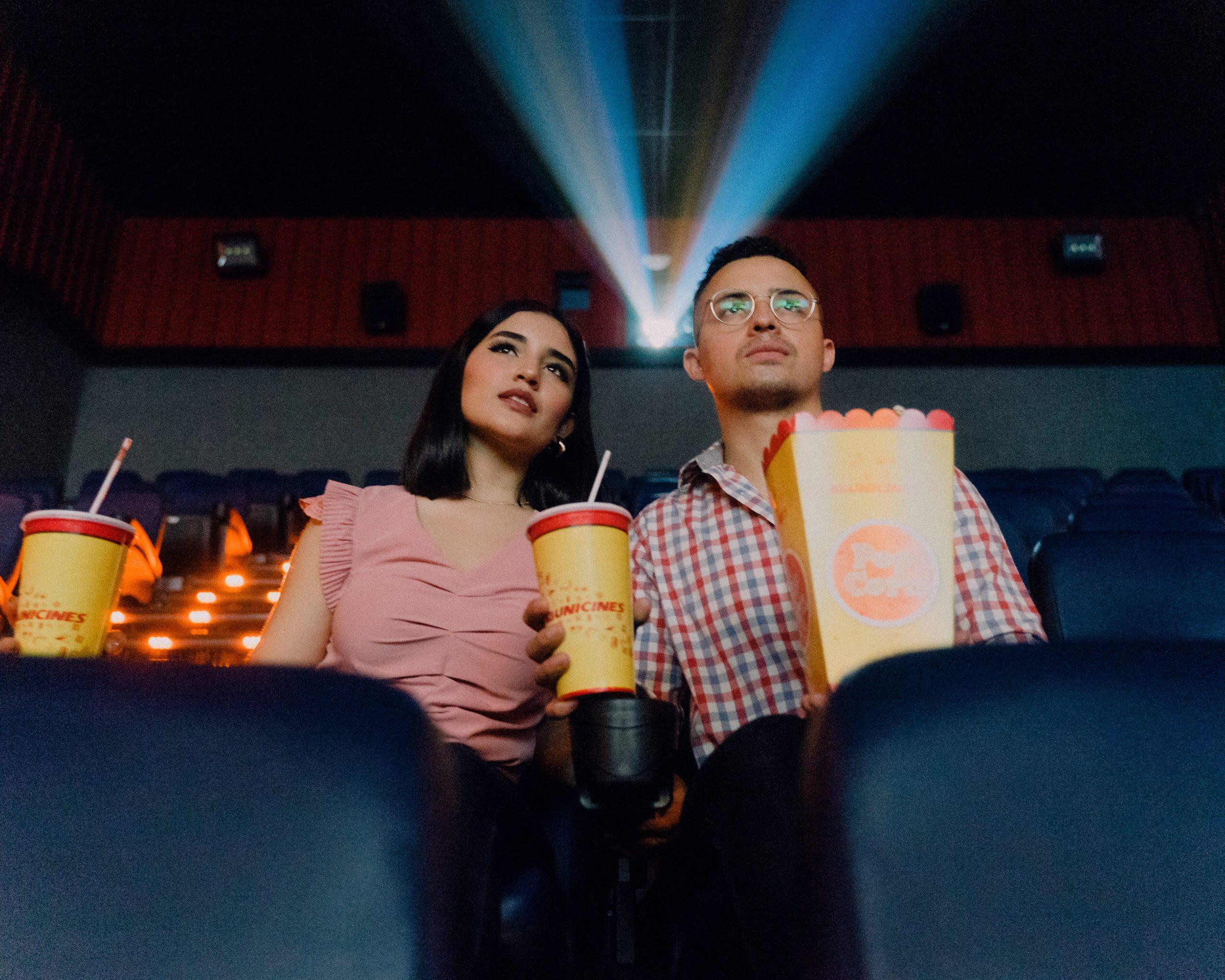 Imagem de um casal assistindo um filme.