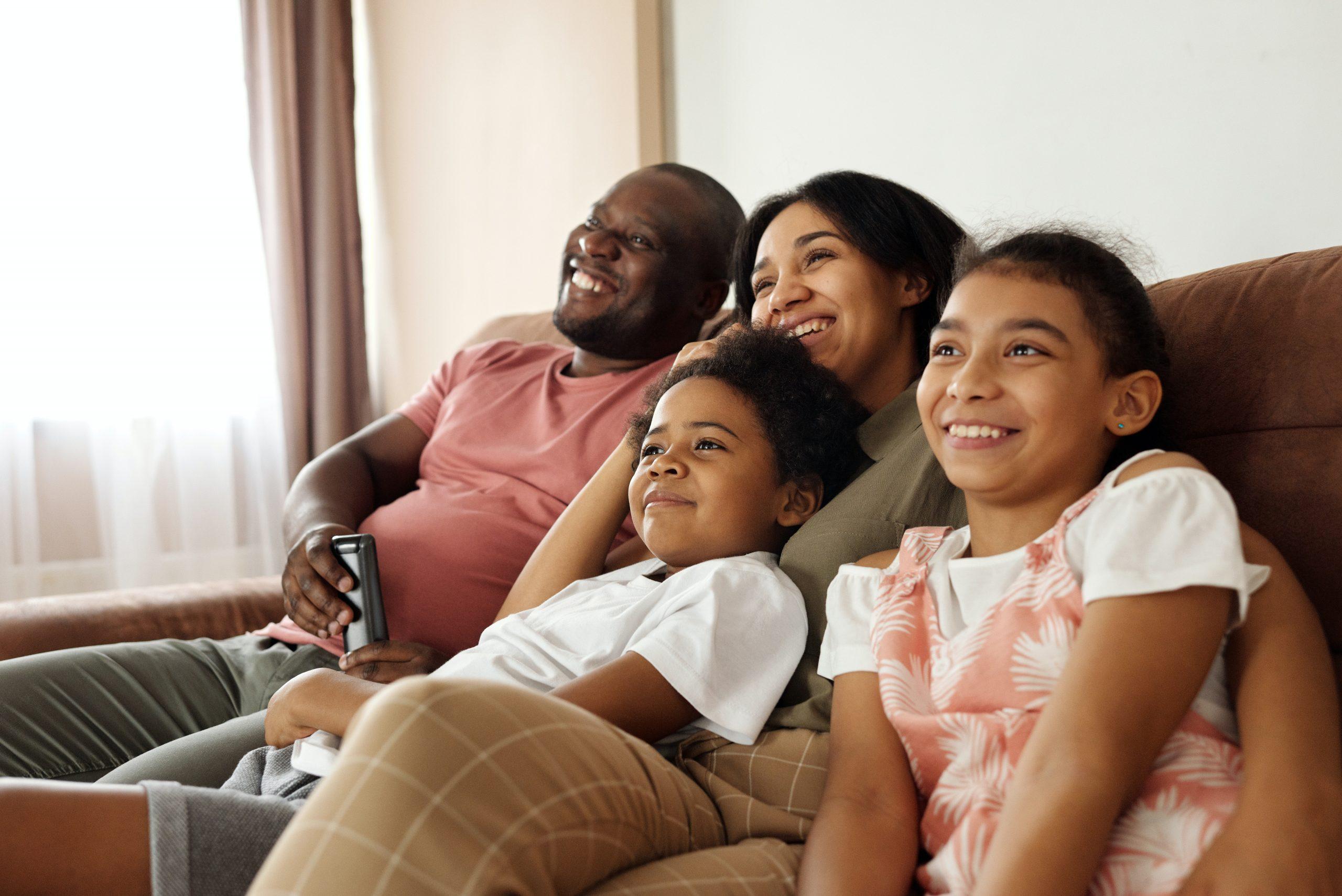 Imagem de uma família assistindo a um filme.