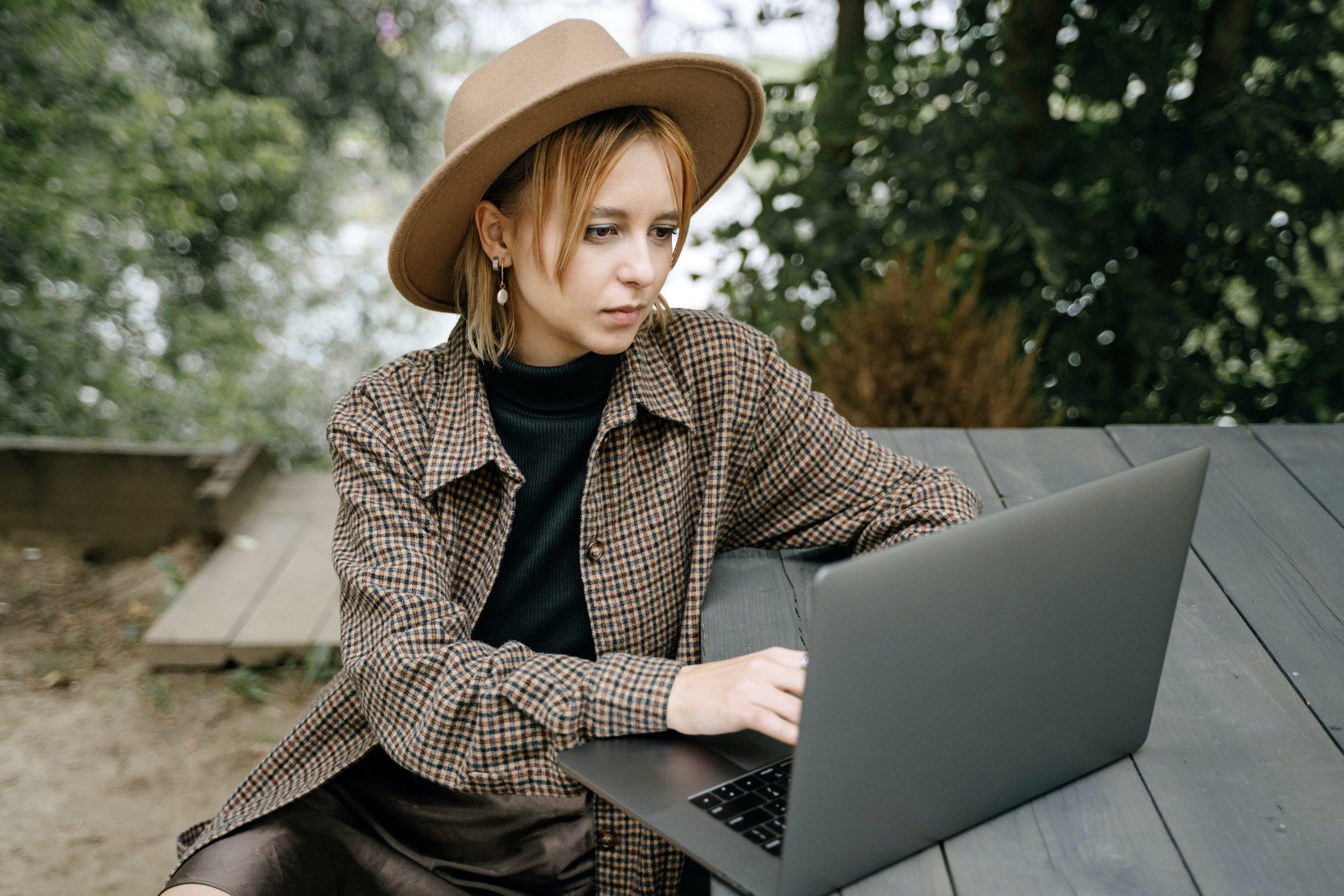 jovem trabalhando ao ar livre