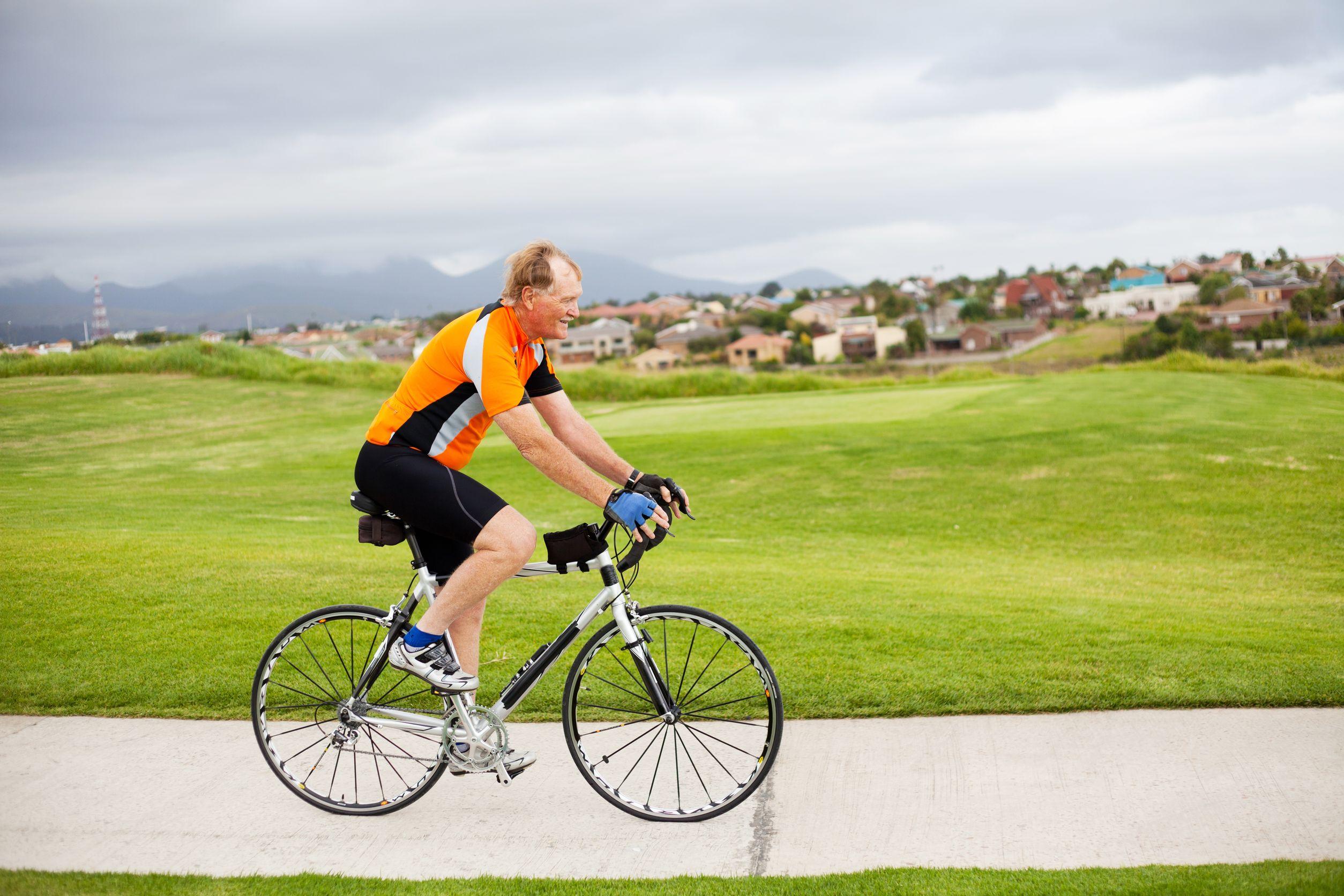 Homem com roupa de ciclismo na bicicleta