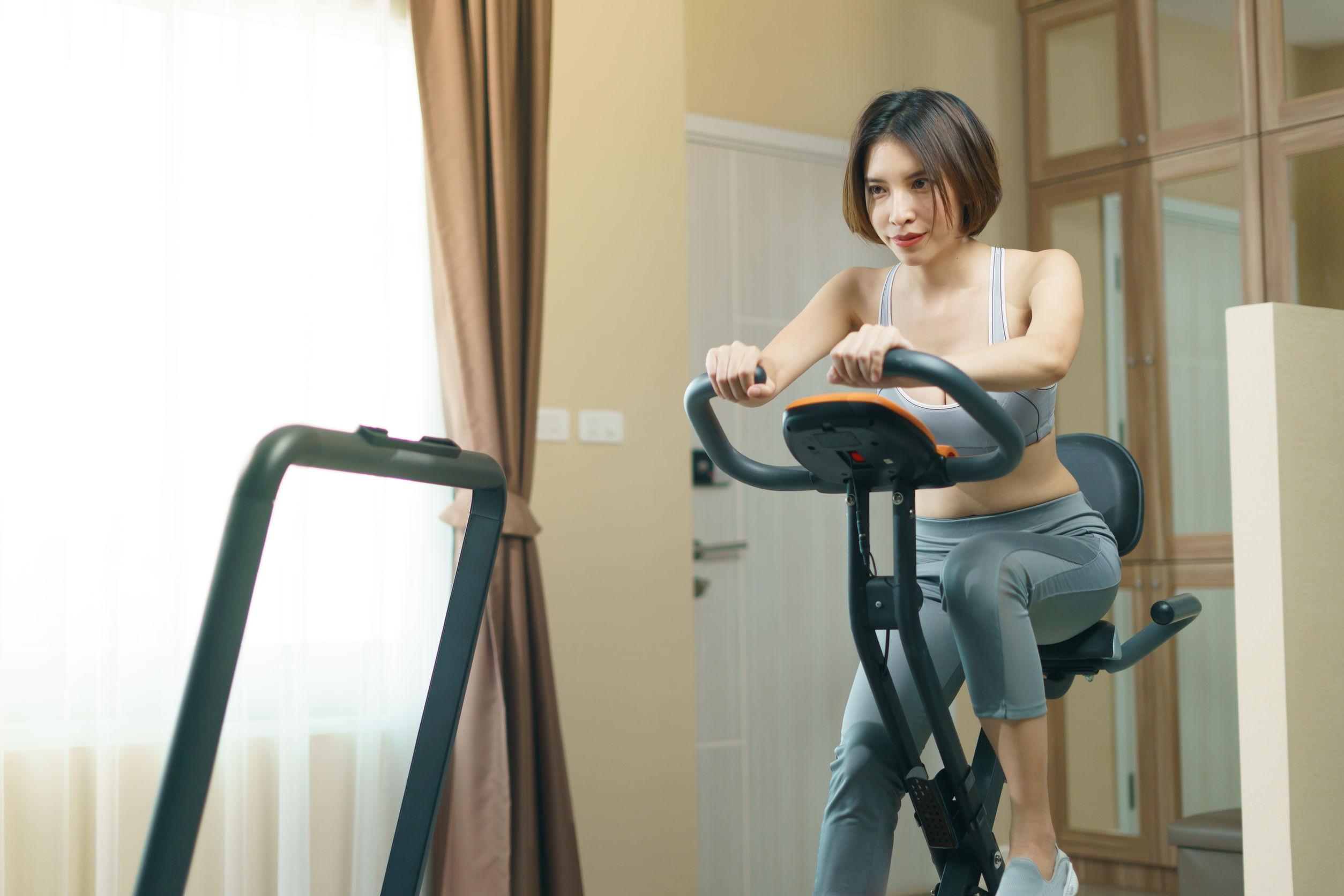 mulher em exercícios de academia em casa