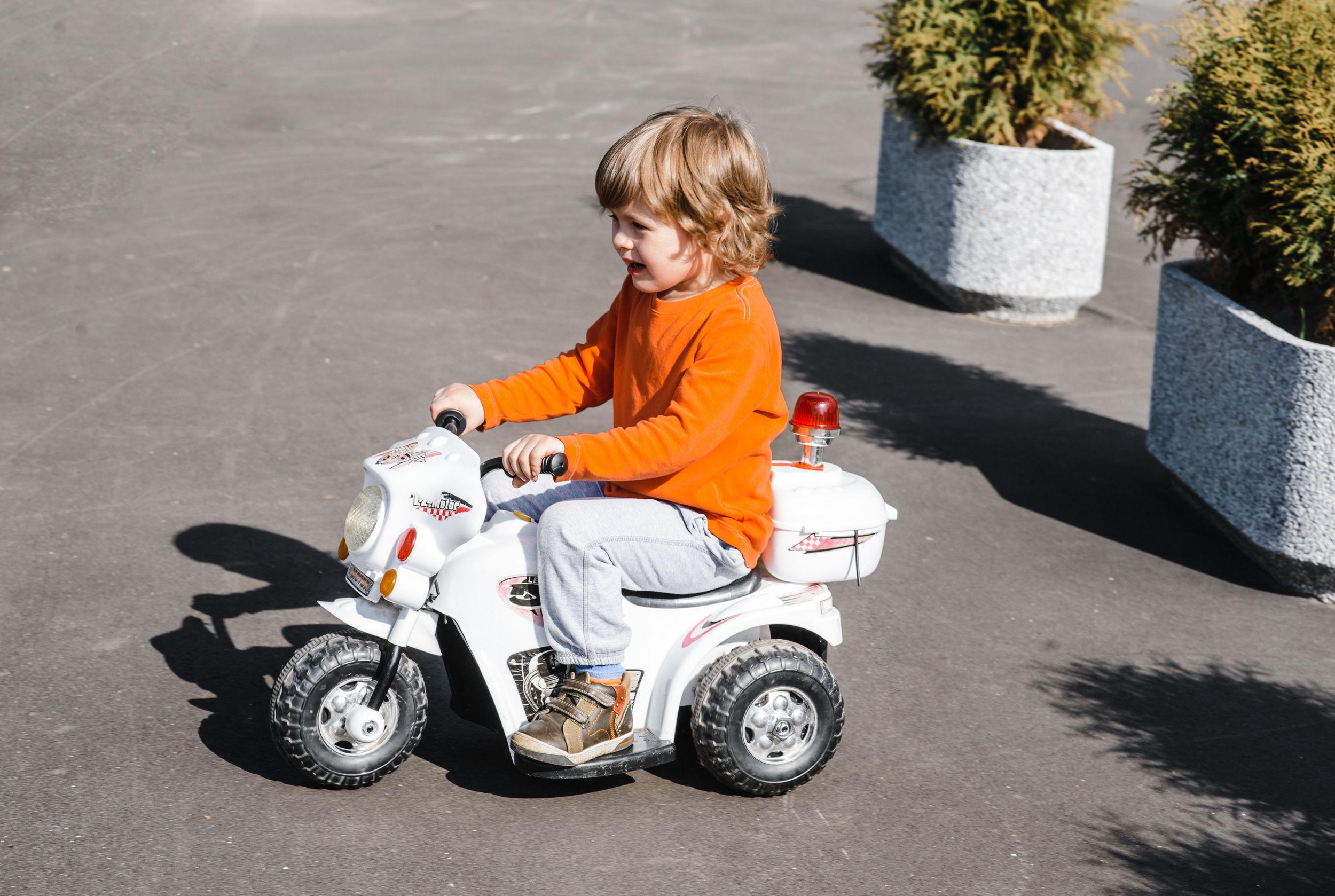 Criança sobre uma mini moto.