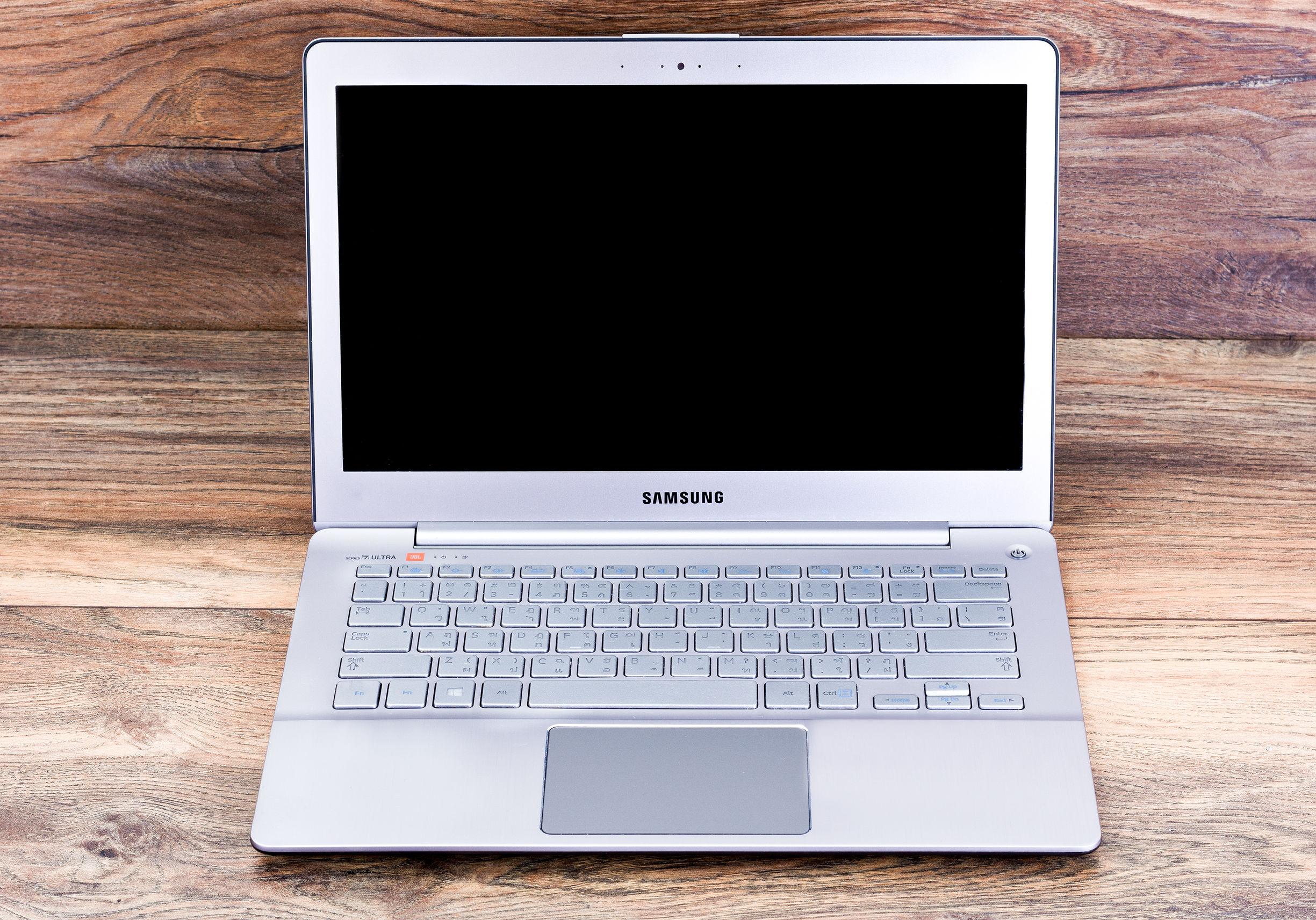 Notebook aberto da Samsung sob um fundo de madeira