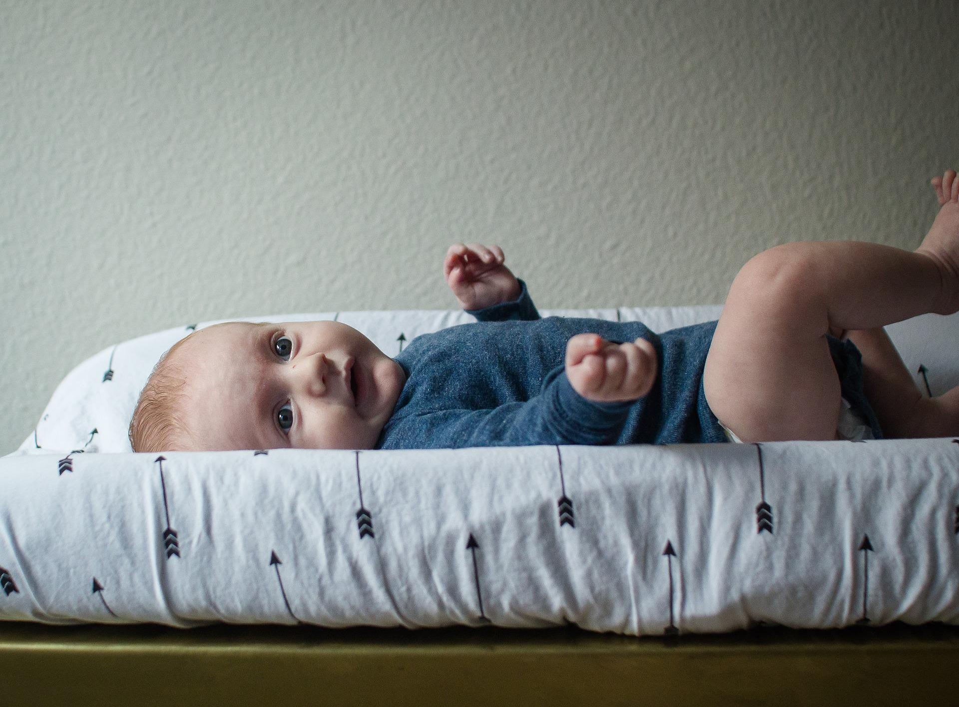 Bebê no trocador de fraldas.