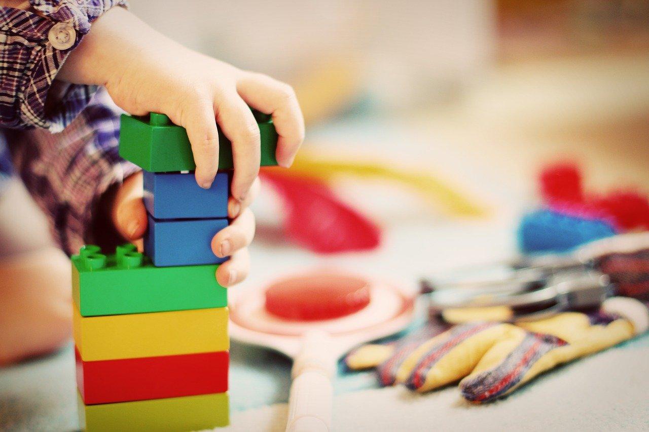 Criança montando blocos.