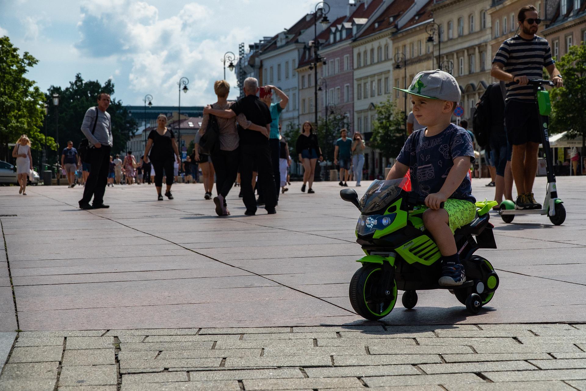 Criança sobre mini moto