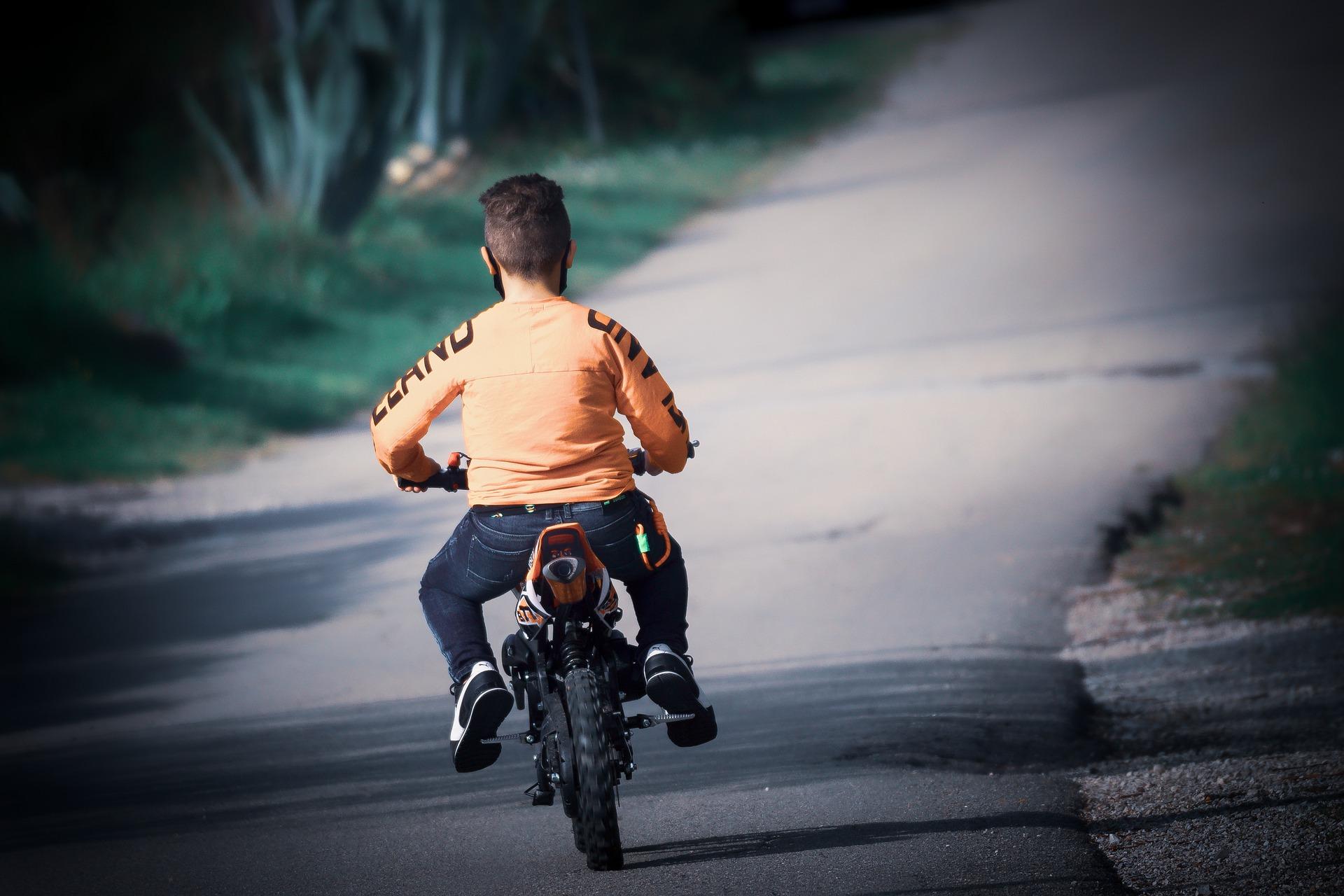 Menino pilotando mini moto.