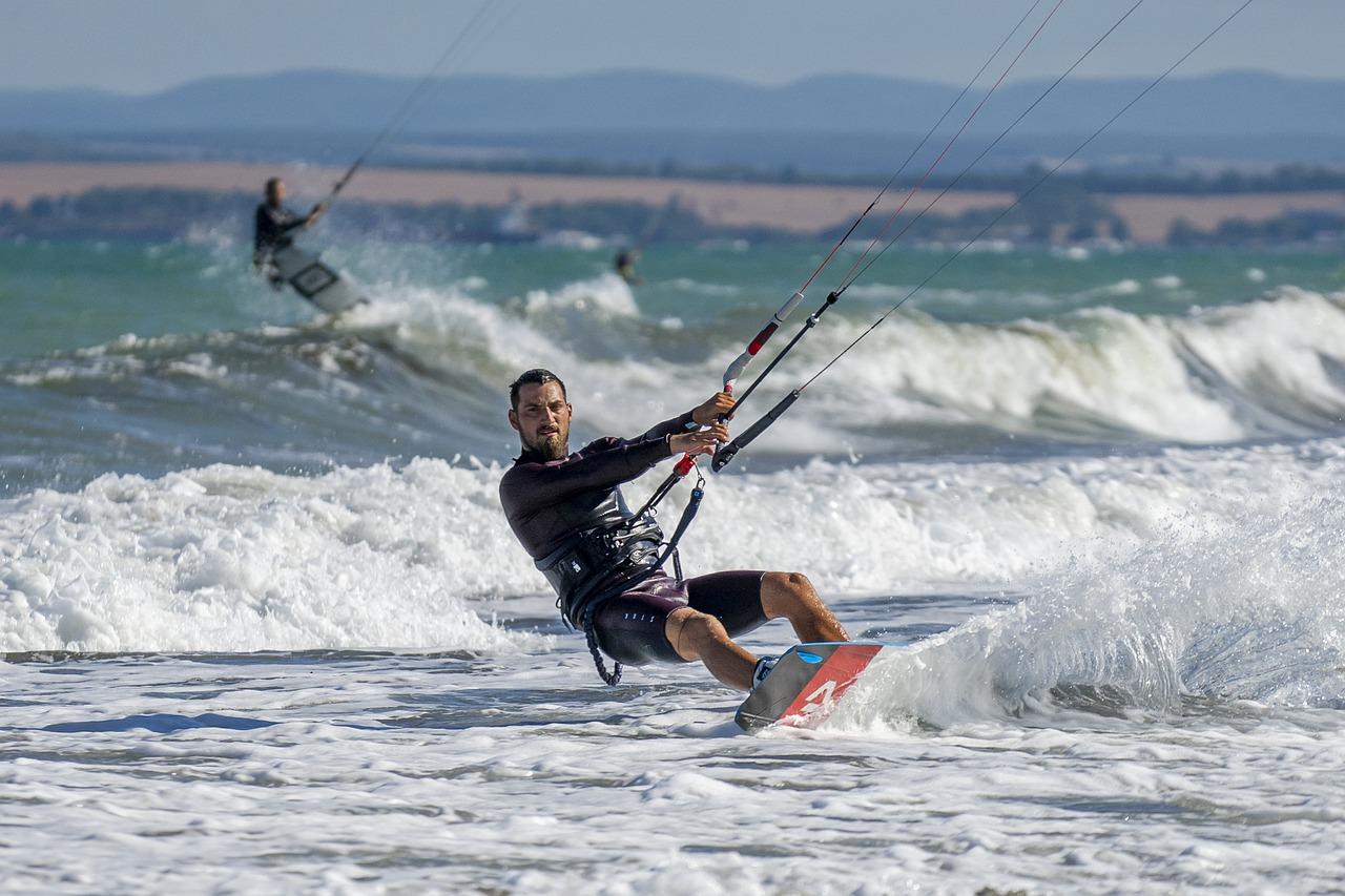 Homem praticando kitesurf no mar