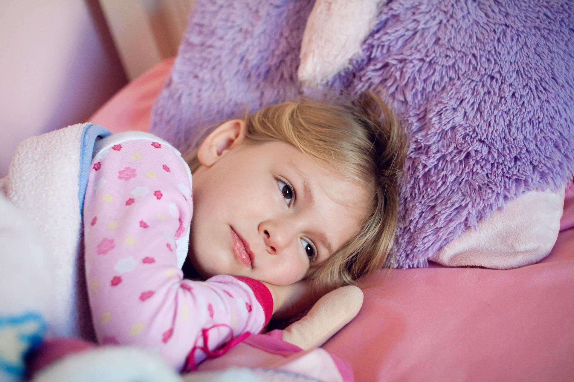 Criança na cama.