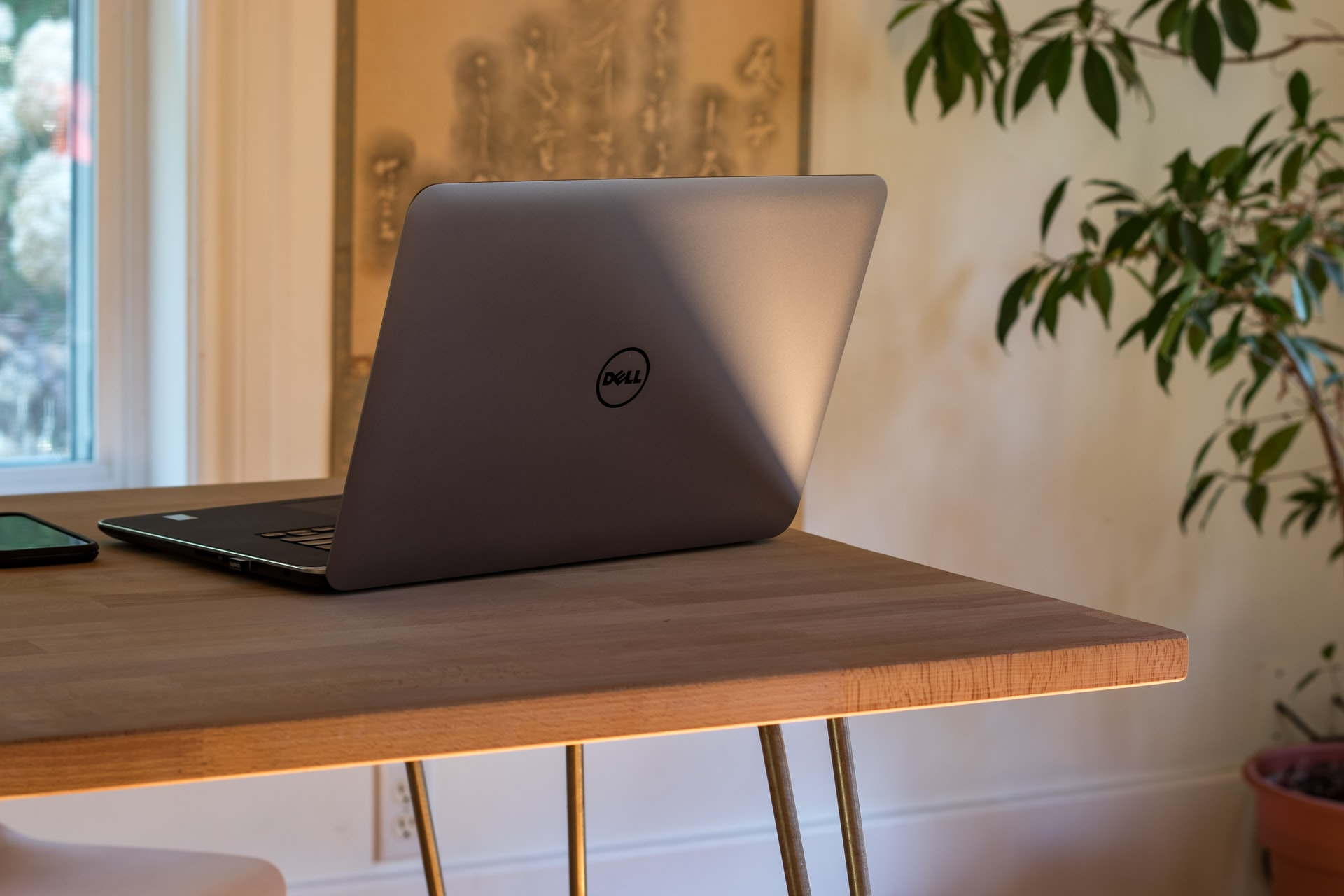 Notebook Dell sobre mesa.