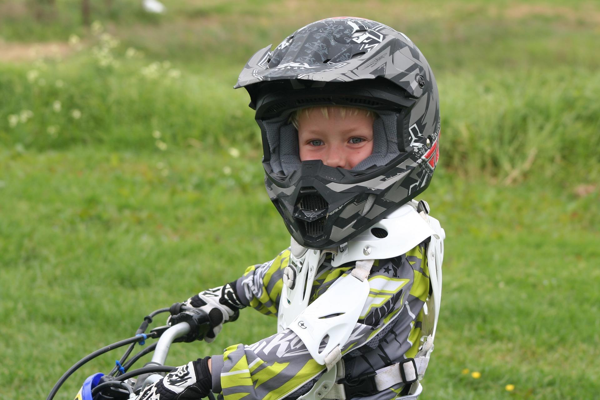 Criança com capacete no motocross.
