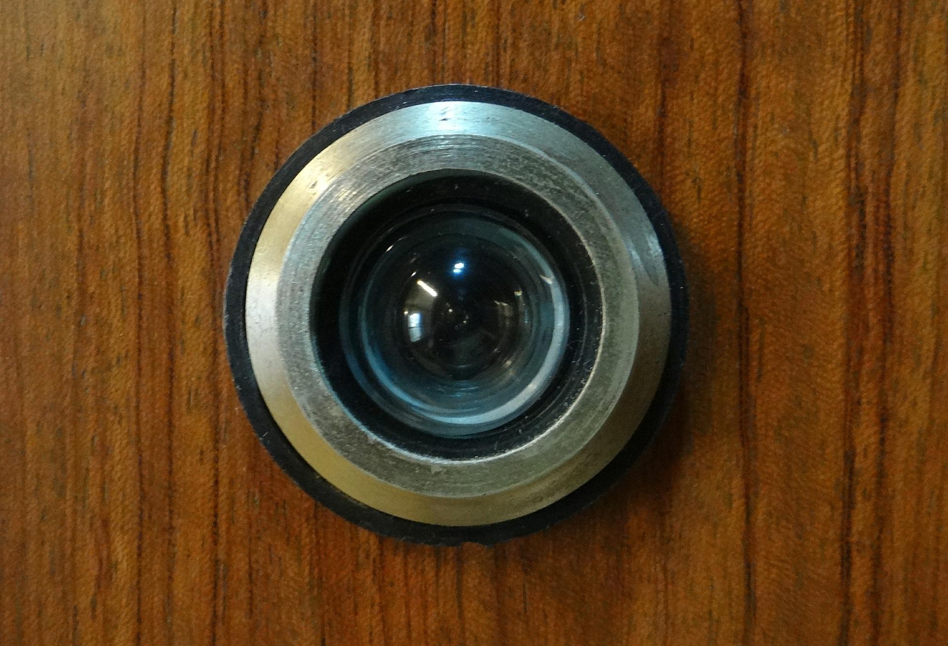 Olho mágico em uma porta de madeira