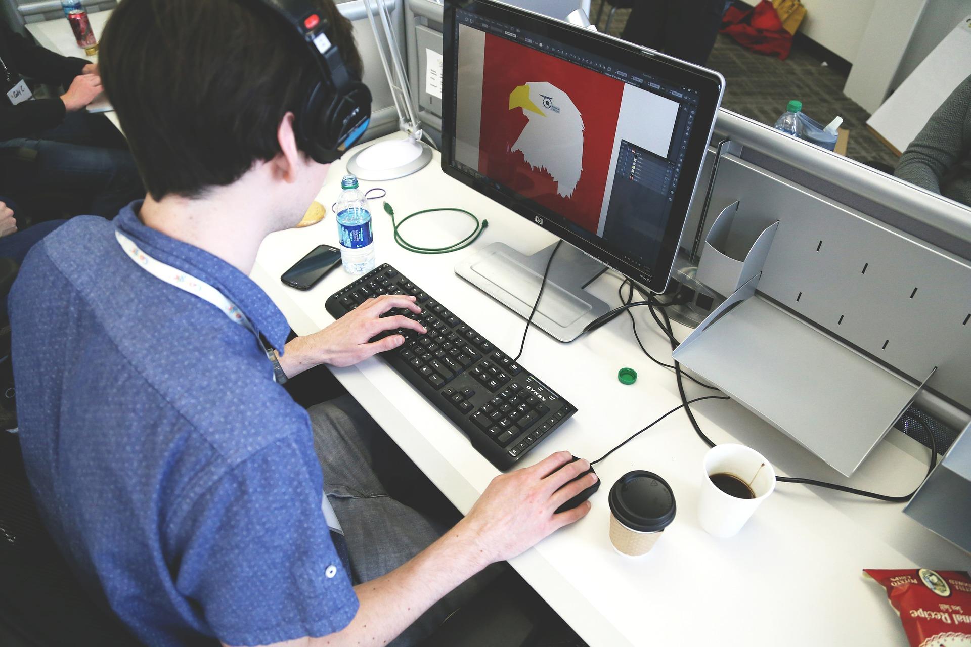 Homem criando imagem no computador.