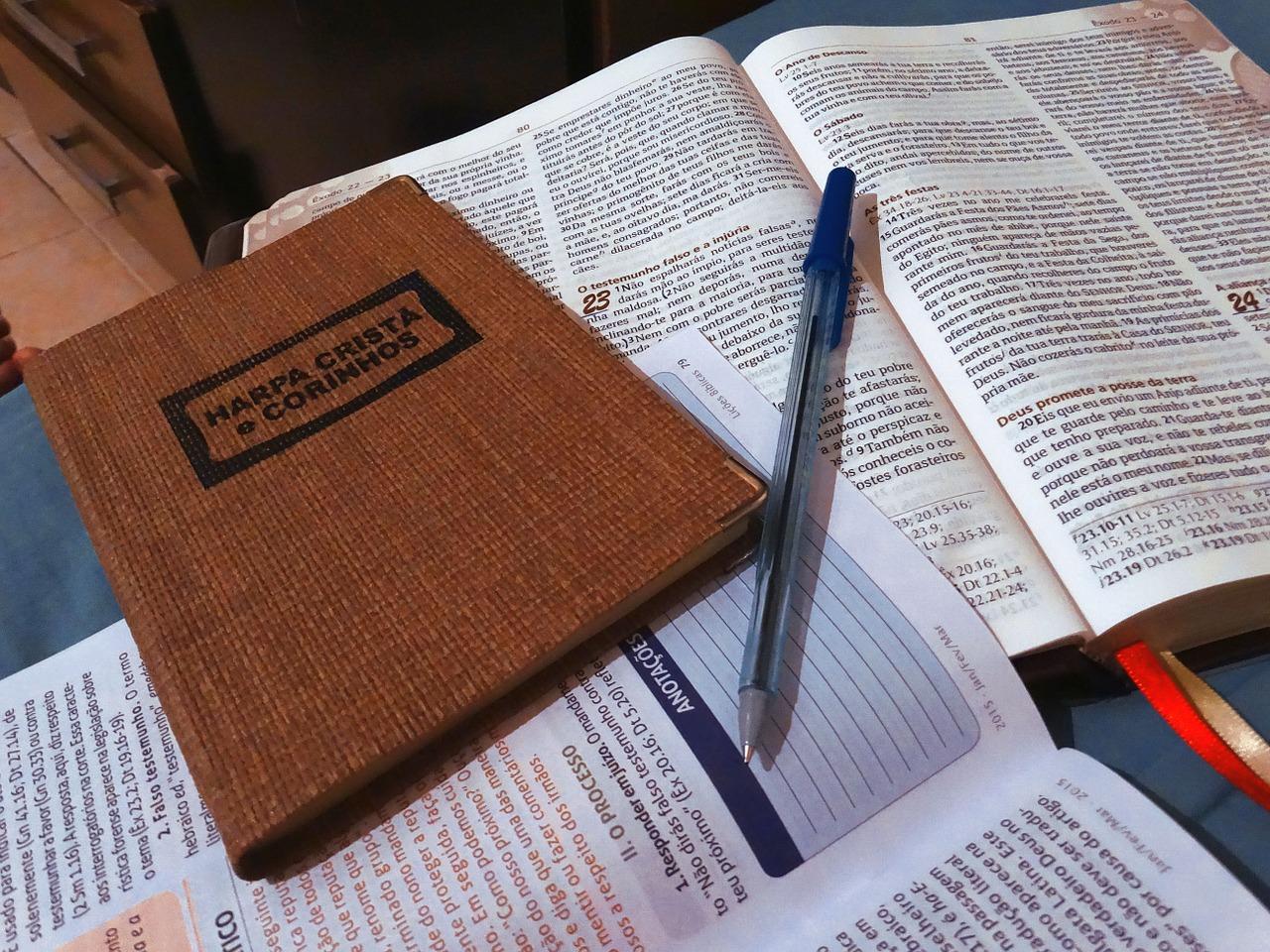 Livros com textos sagrados e bíblia.